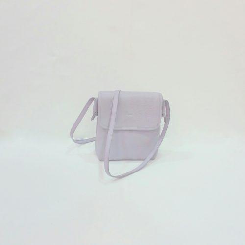 Bandolera de piel en color lila con solapa