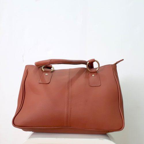Bolso de piel color marrón claro