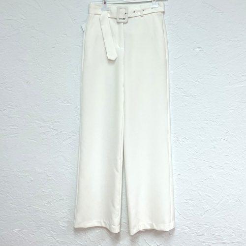 Pantalón recto beige con cinturón