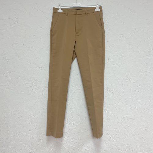 Pantalón entallado con bolsillos